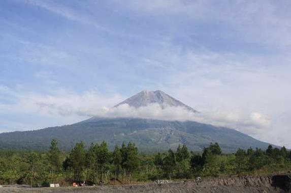 Jalur Pendakian Gunung Semeru Tertingi Pertama di Jawa