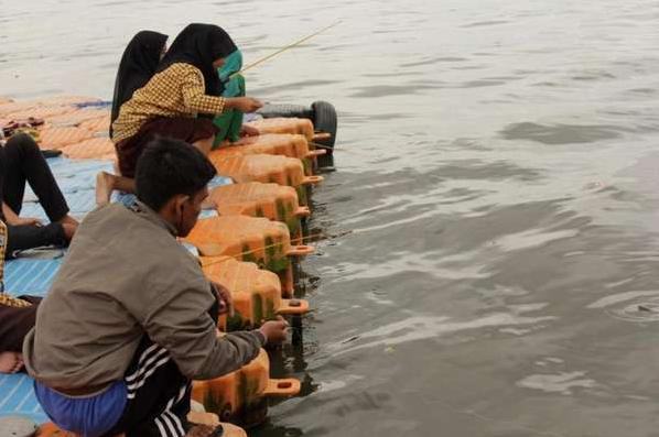 Nuansa Aktivitas Memancing di Area Pantai Losari Makassar